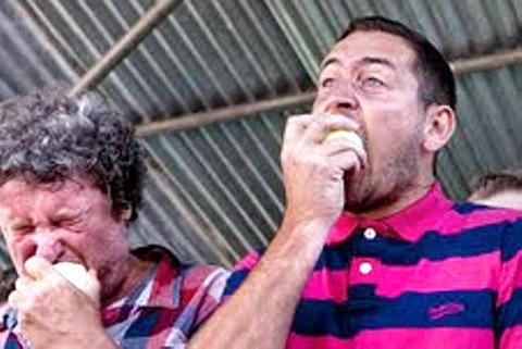FACE ACHE: Rory McGrath and Will Mellor munch the 7oz onions.